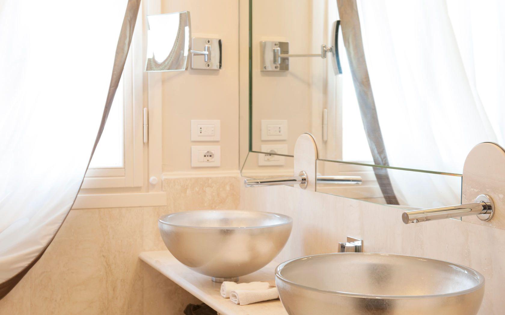 Bathroom  http://www.hotelbrunelleschi.it