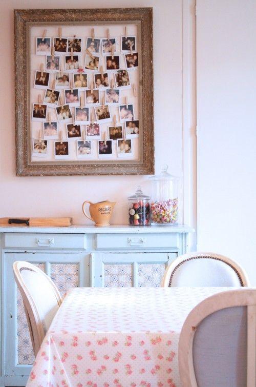 une d co aux couleurs tendres et une super id e pour exposer ses photos inspiration. Black Bedroom Furniture Sets. Home Design Ideas