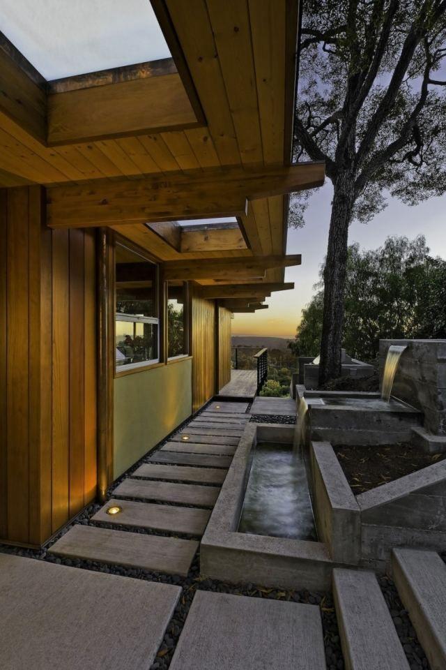 Modernes Holzhaus Gartenwege Beton Platten Wasserfall Anlage