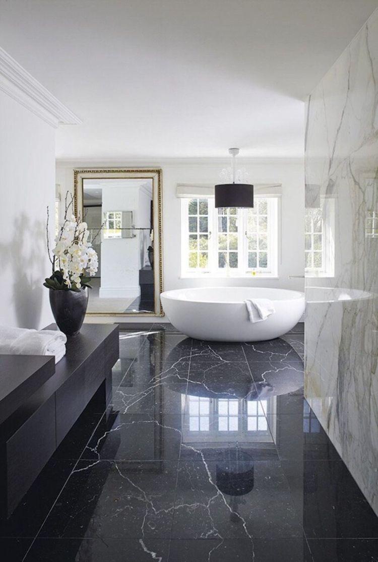 Schwarzer Marmor Boden Badezimmer Weiss Freistehende Badewanne #interiors