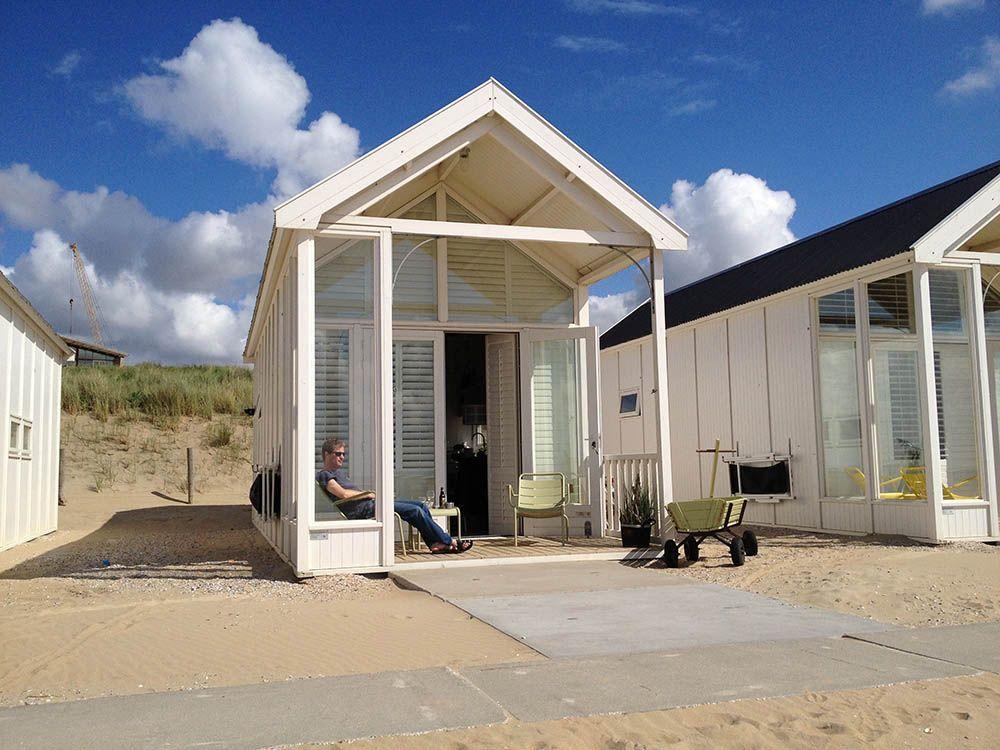 Deze strandhuisjes liggen op het strand van Katwijk. De inrichting is modern en fris en er is een aparte slaapkamer en een slaapvide. Het huisje is niet heel groot, maar …