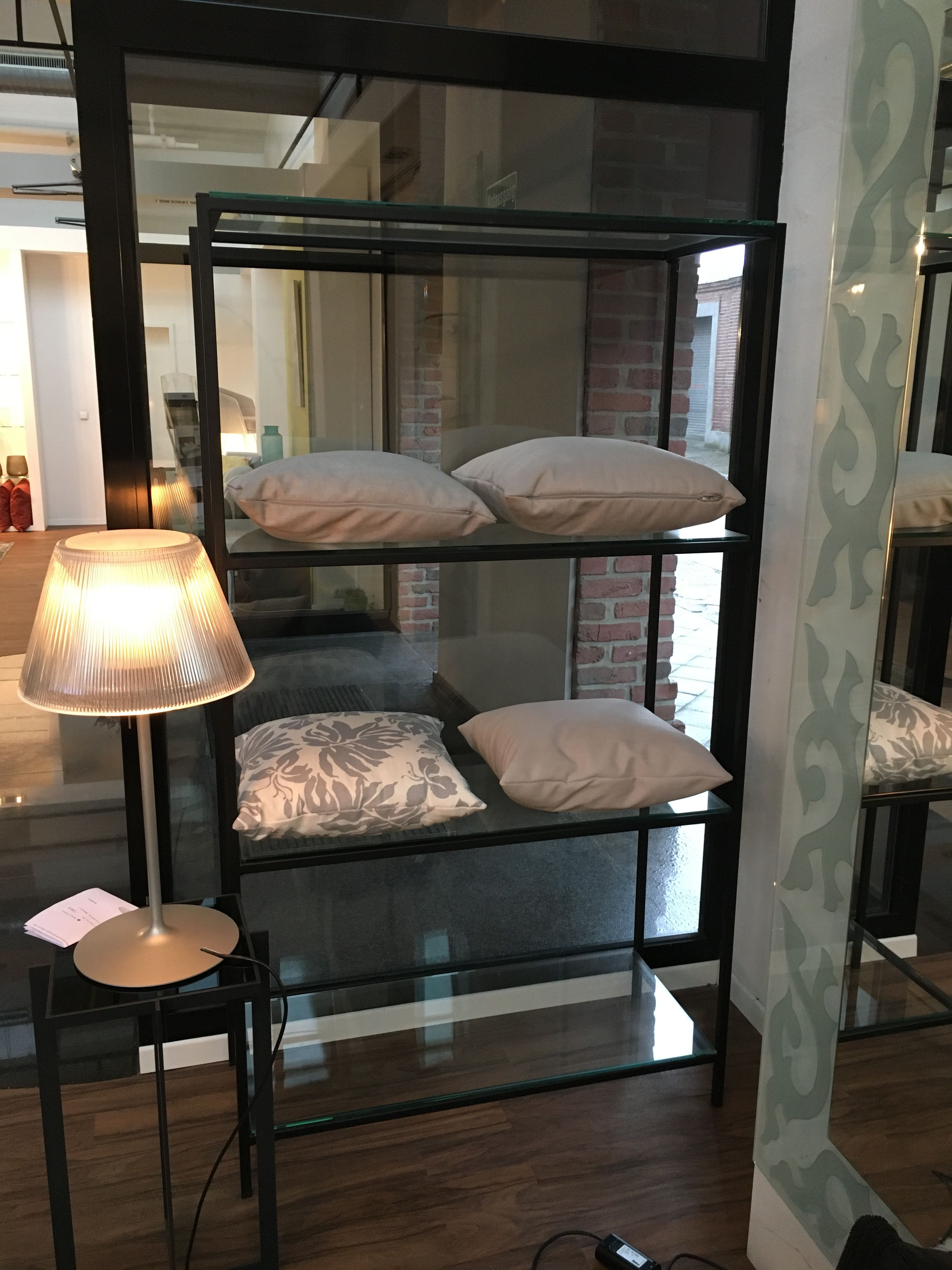 Regal Wohnzimmer für Zeitschriften & Bücher hinter Bar