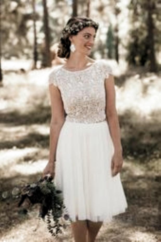 Das Perfekte Kleid Fur Das Standesamt Kurzes Kleid Fur Das Standesamt In Weiss Spitzen Brautklei In 2020 Lace Top Wedding Dress Wedding Dress Blog Wedding Dresses Lace