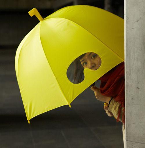 Een paraplu waar je doorheen kunt gluren, altijd handig in Nederland! #products #innovative