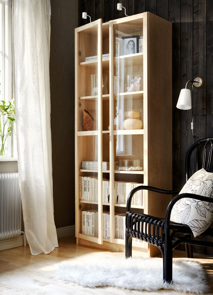 billy boekenkast in berkenfineer met vitrinedeuren in gehard glas en witte grundtal. Black Bedroom Furniture Sets. Home Design Ideas