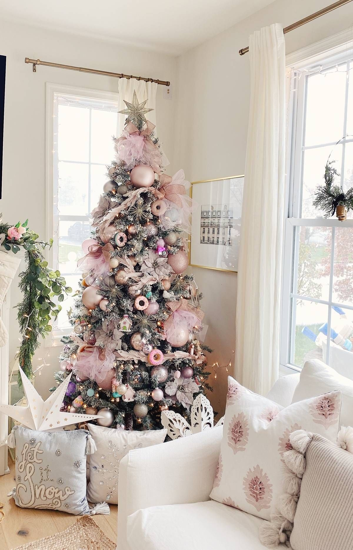 How to Decorate a Gorgeous Pink Christmas Tree - The Pink Dream #christmasbackgrounds