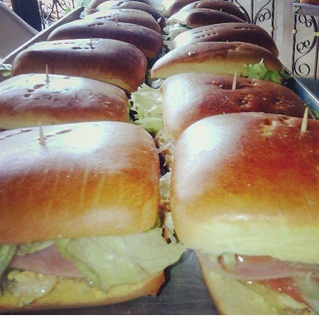 Una vez más con los ricos y deliciosos sanduches de pollo, full para el sabado por solo 7 mil pesitos has tu pedido y no te quedes sin el tuyo!! Recuerda 7 mil pesitos, que en realidad no es plata para tan exquisito sandwis 🍔🐥🐣🐤😋 VIERNES = MEDELLIN  SÁBADO = CAUCASIA  Ingredientes  Jamón  Queso 🧀  Pollo en salsa de la casa Maicitos Cebolla  Lechuga Tomate 🍅  Pan danés 🍞