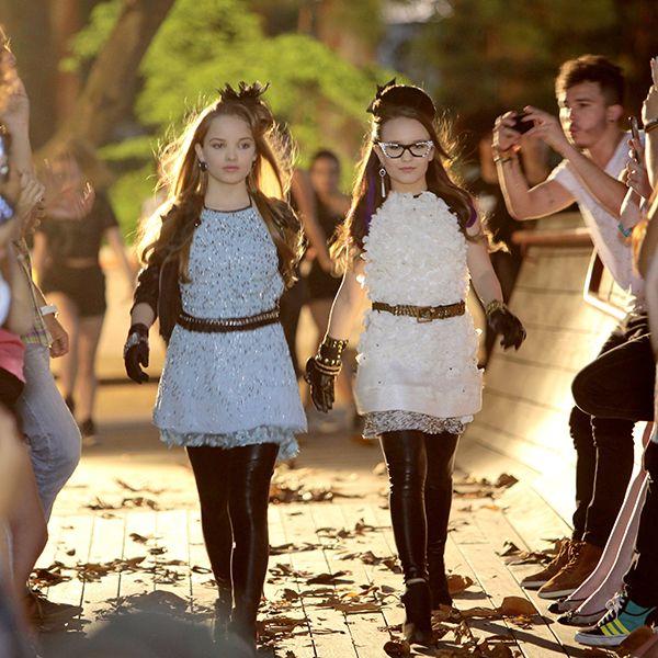 6876d6112f9 Isabela ou Priscila   qual das meninas você acha que usou os looks mais  legais do clipe .