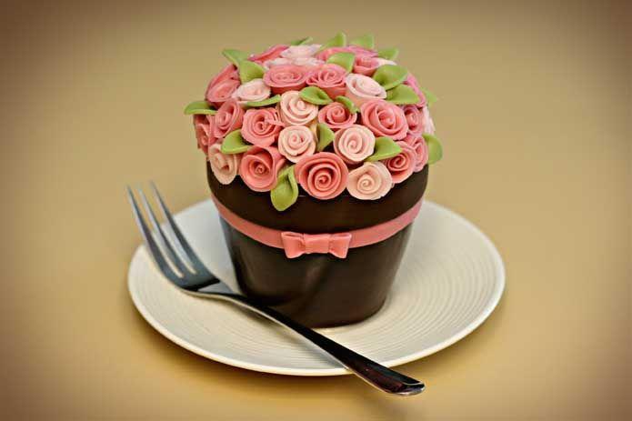 http://jessicakesblog.blogspot.com/2009/06/happy-birthday-flower-pot-cake.html
