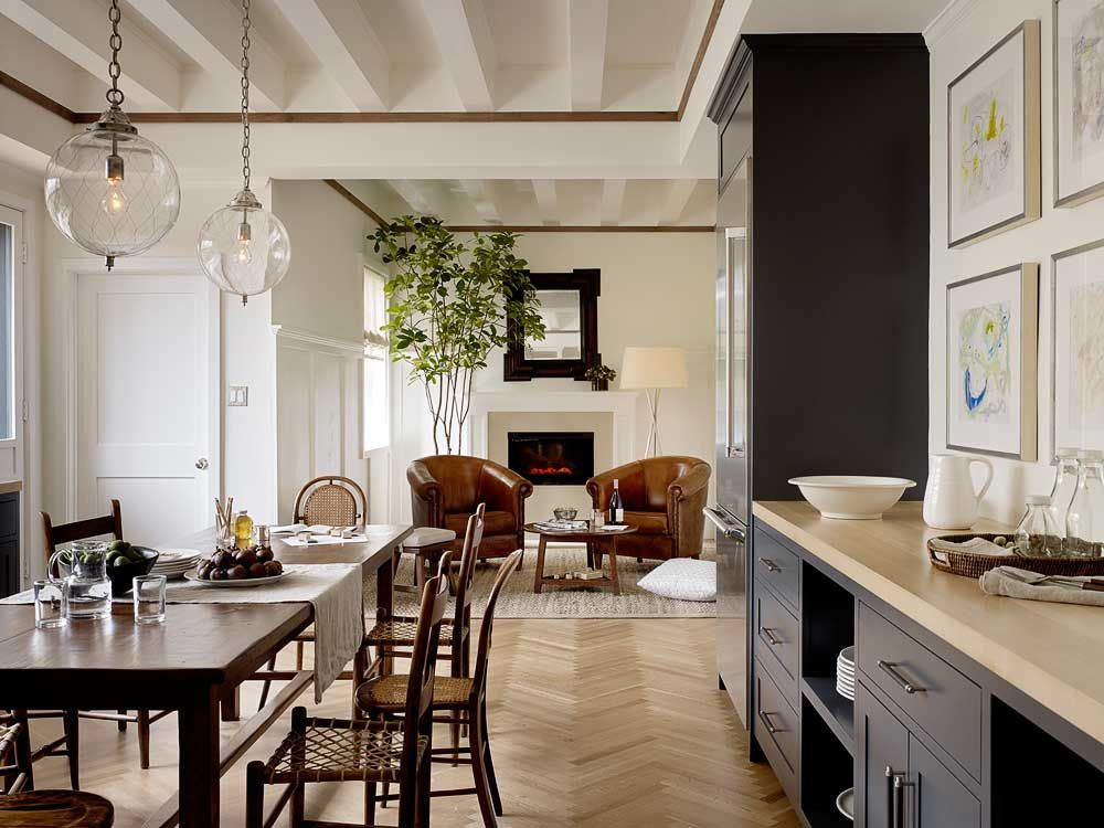 love the sittng area at the far end  and the kitchen