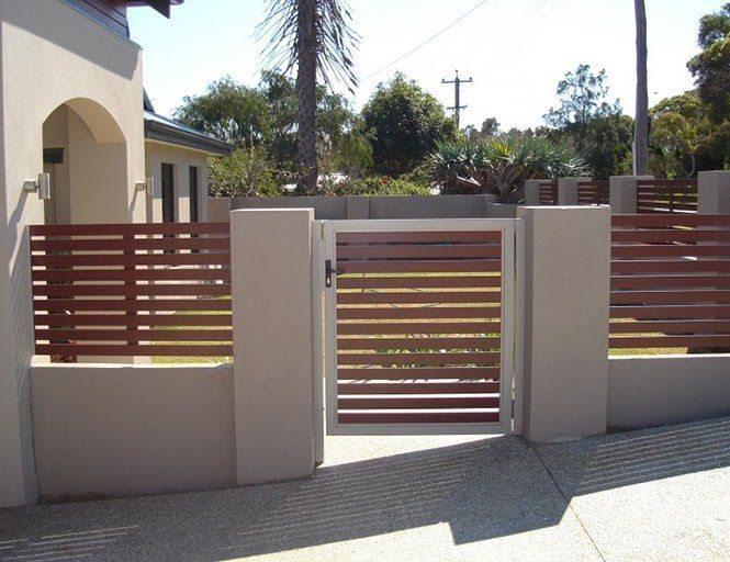 I Love The Look Of This Slot Fence The Horizontal Wood Planks Are A Great Look Ours Are Vertical But I Like This Style A Little More Fence Wood Planks Slats
