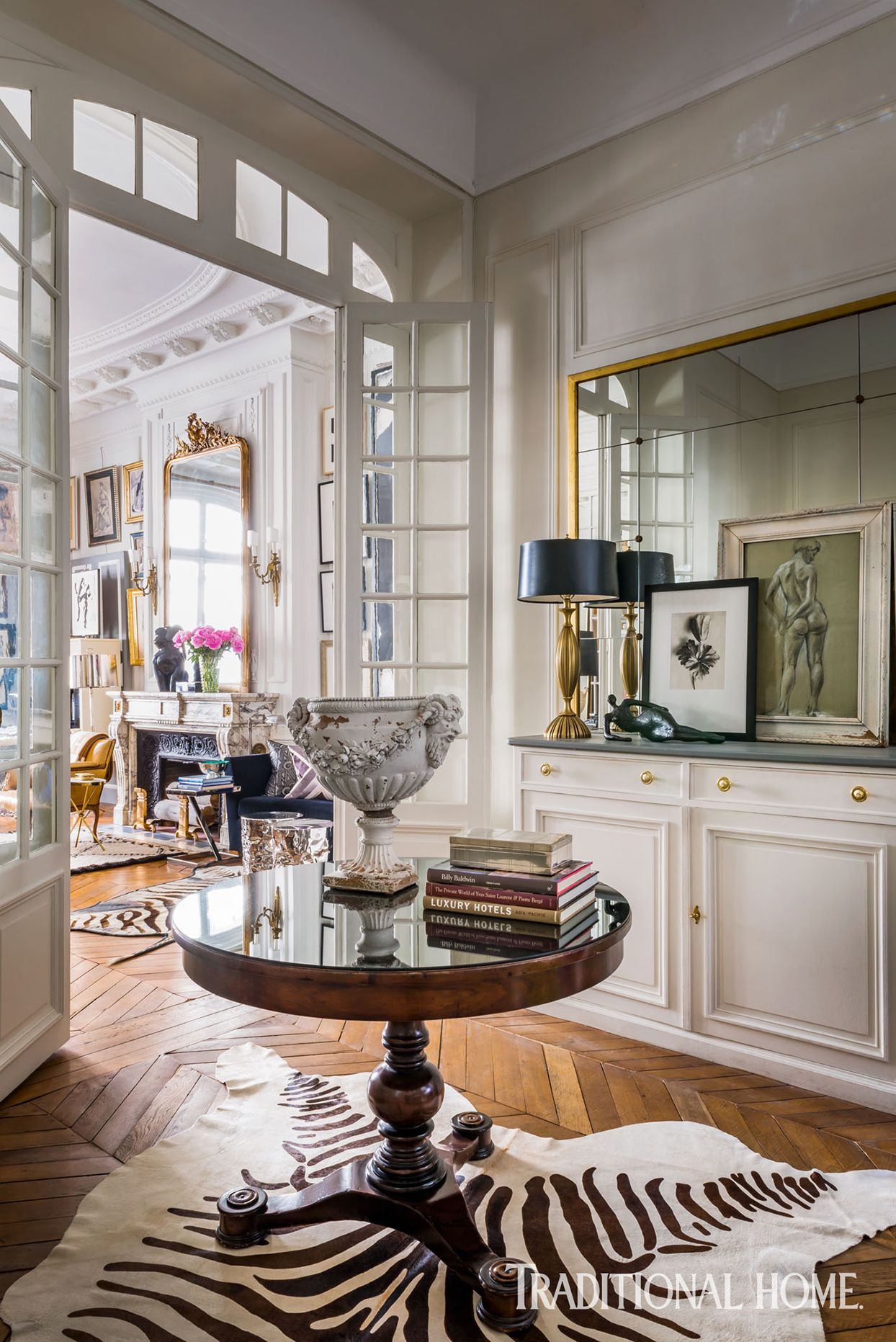 Collected Art And Antiques Lend Authentic Style To An American S Paris Apartment In 2021 Parisian Home Decor Parisian Decor Apartment Decor