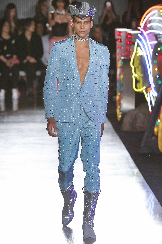 Moschino Spring 2018 Menswear Fashion Show   Room 7 (F)   Pinterest ... f624bc3d92b7
