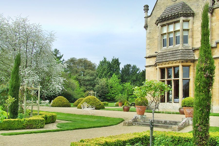 Set within beautiful grounds, the manor by the lake boasts a beautiful setting with landscape gardens.