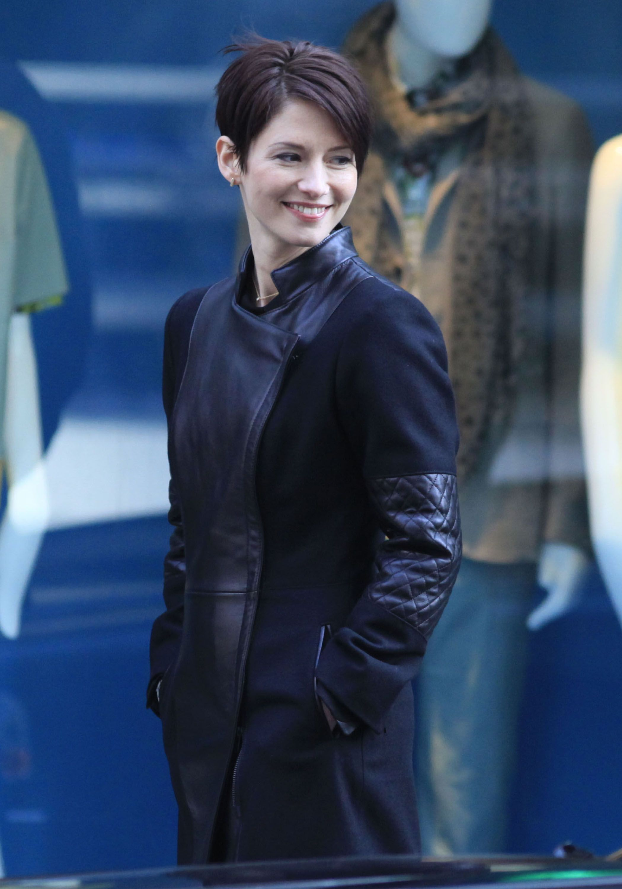 Chyler Leigh In Window Wonderland I Love Her Hair Short Hair Styles Chyler Leigh Chyler Leigh Supergirl