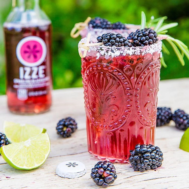 """This Cinco de Mayo, step up your margarita game with @izzeofficial Sparkling Blackberry! It's easy to make and super delicious #SALOONBOX Ingredients:…"""