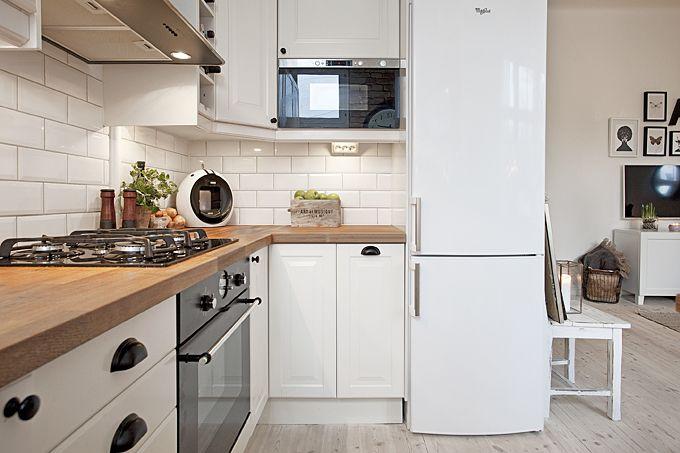 Kuchnia w stylu skandynawskim Biała lodówka komponuje się   -> Kuchnia Ikea Uchwyty