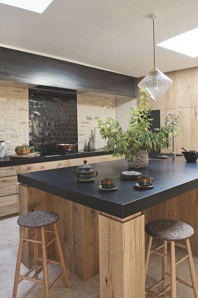 La cuisine réalisée par Laurent Passe mêle chêne brut et granit du ...
