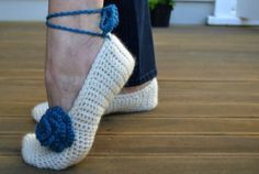 Aren't these cute!?  Easy peasy pattern too. Crochet slippers free pattern