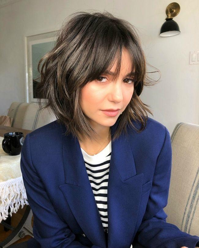 Modne fryzury z grzywką 2019. Cięcia dla włosów do ramion i