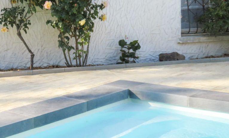 margelles de piscine à talon dangle en pierre reconstituée aspect