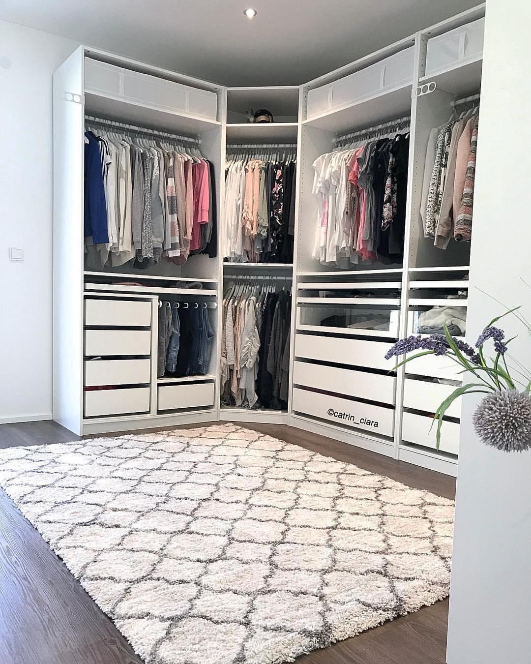 New In Ein Teppich In Unserem Ankleidezimmer Ich Hoffe Ciara Denkt Nicht Das Ist Ihre Neue Hundedecke Ikea Dressing Room Wardrobe Room Closet Layout