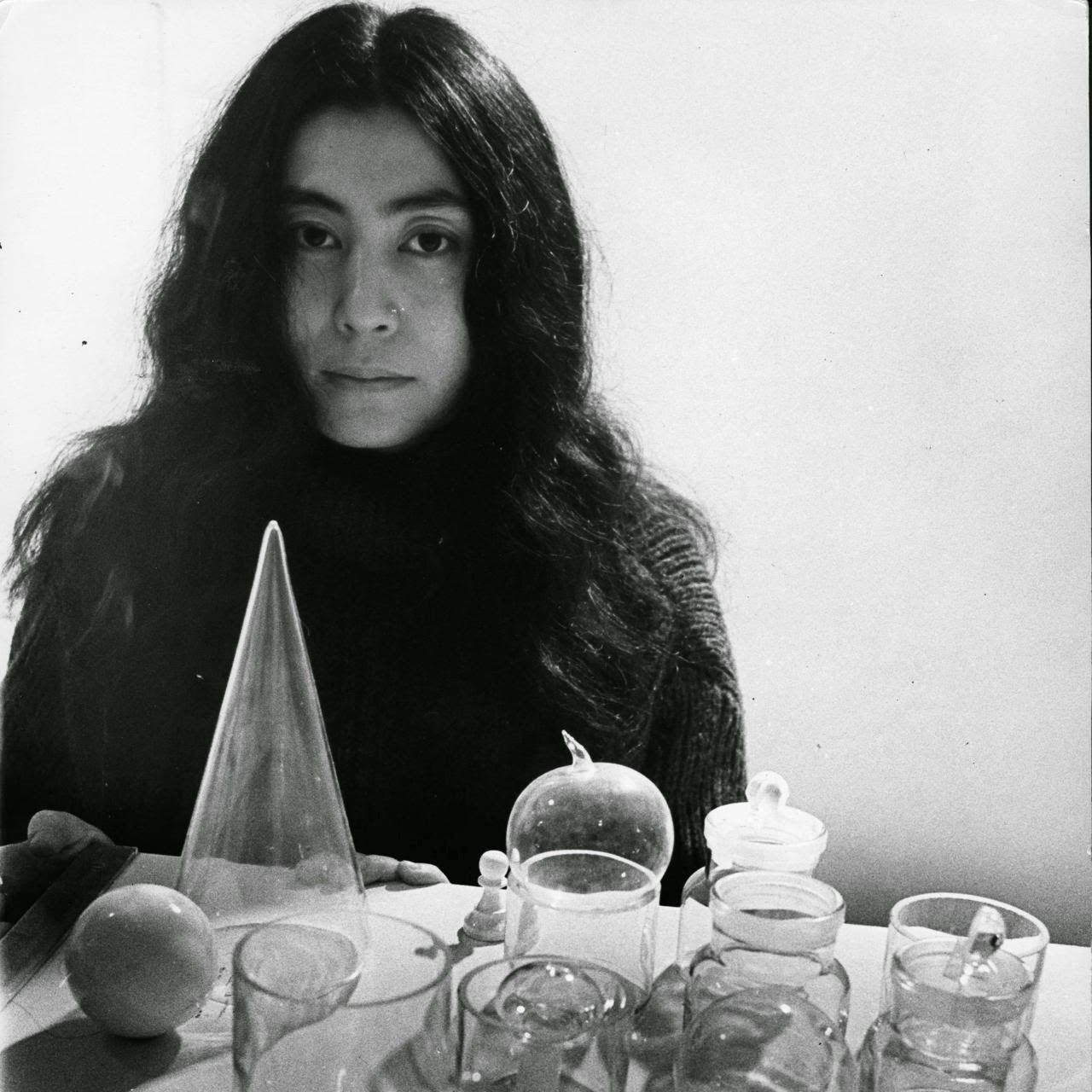 Yoko Ono first met John Lennon in 1966 during a preview of Ono's art  exhibition at a London gallery. The began an affair a y… | Yoko, Yoko ono, John  lennon yoko ono