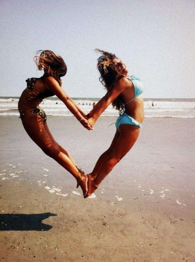 Muestren su <3 en la playa. | 37 ideas fotográficas increíblemente divertidas con tu mejor amiga