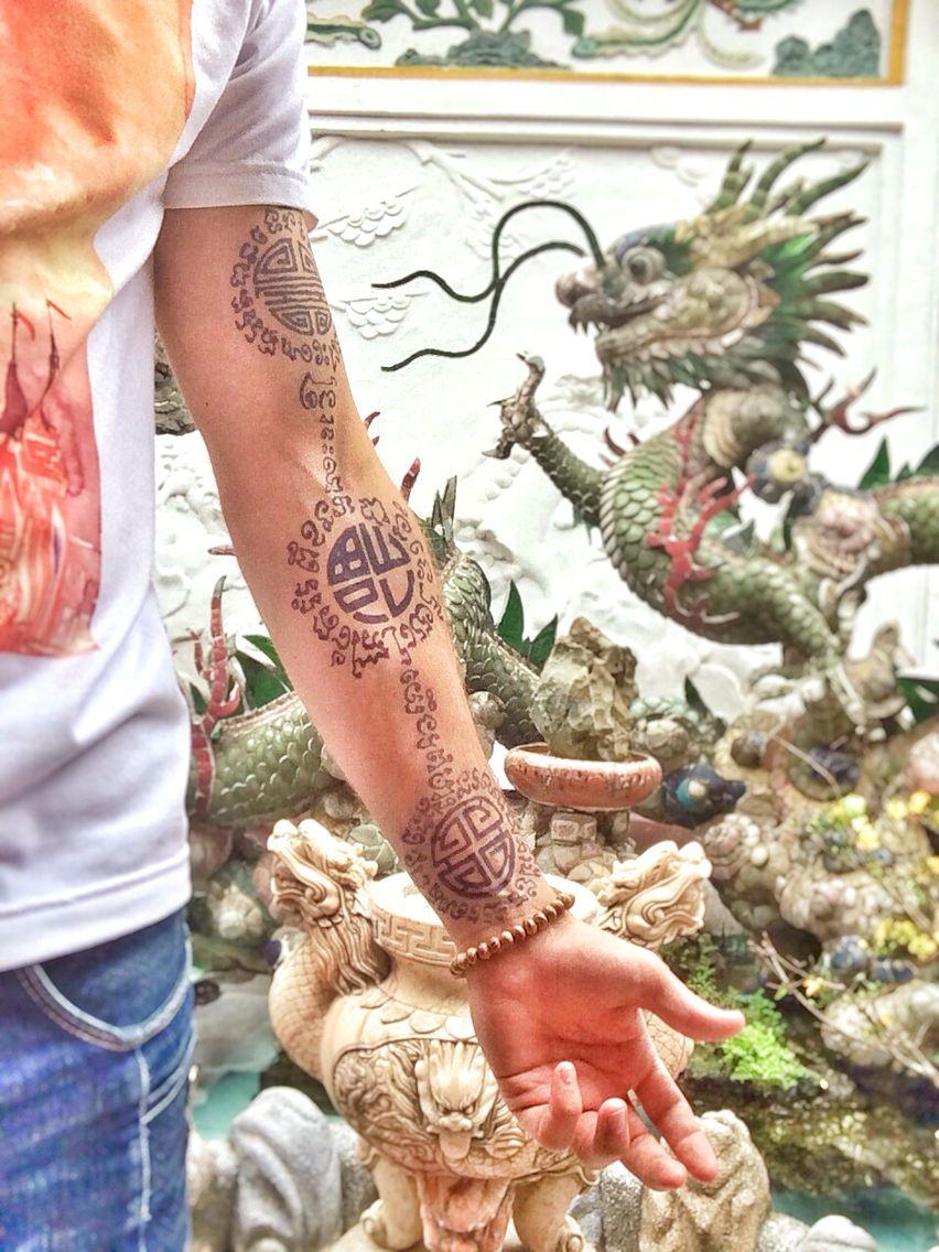 Tatouage bras homme Fu Lu Shou Symbole Sanxing Vietnam calligraphie Khmer  Jagua Tattoo, Tattoo Black