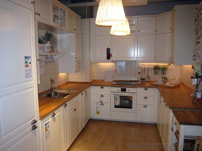 Ładna jasna kuchnia ze stylowymi szafkami i dodatkami Są