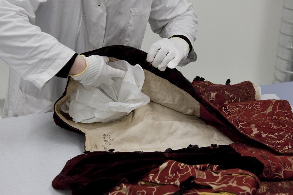 CNCS @CNCSmoulins #CoulissesMW Chaque costume du @CNCSmoulins est conservé dans des matières neutres comme le Tyvek. #MuseumWeek pic.twitter.com/gXNSeUMB0w