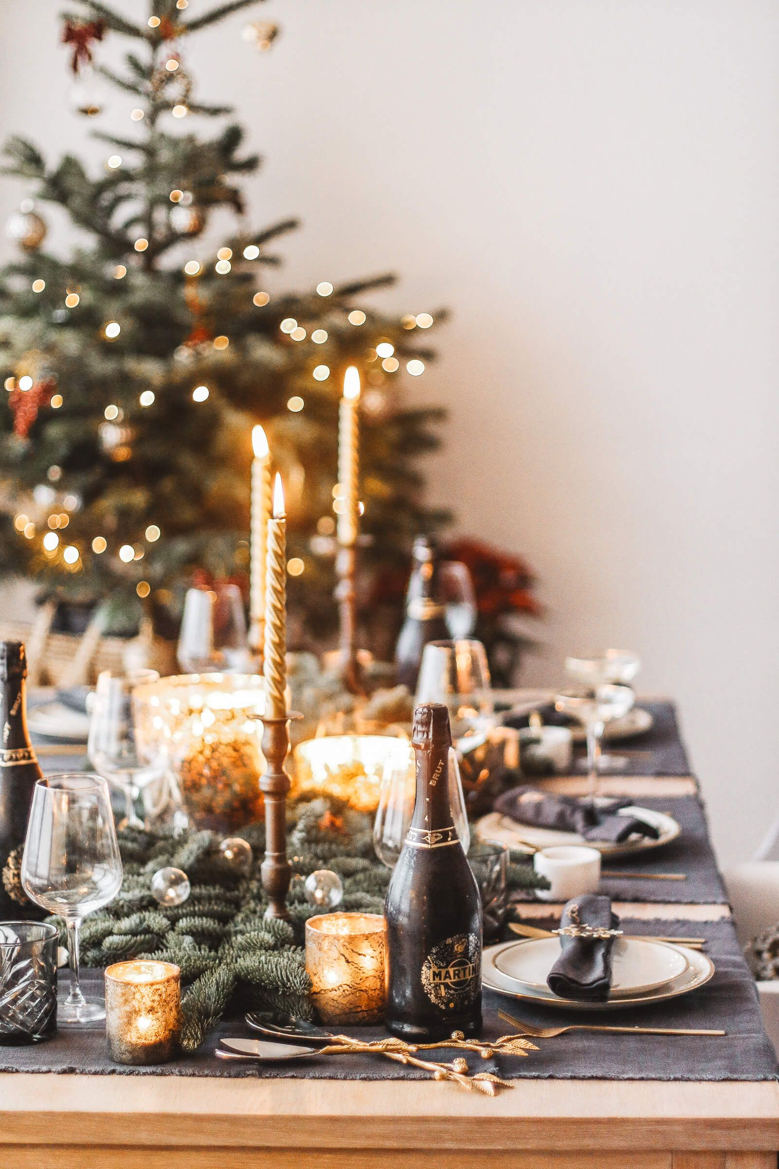 Some Of The Best Diy Christmas Table Decoration Ideas That You Can Try In Your Home Christmas Table Decorations Christmas Decorations Outdoor Christmas Decorations