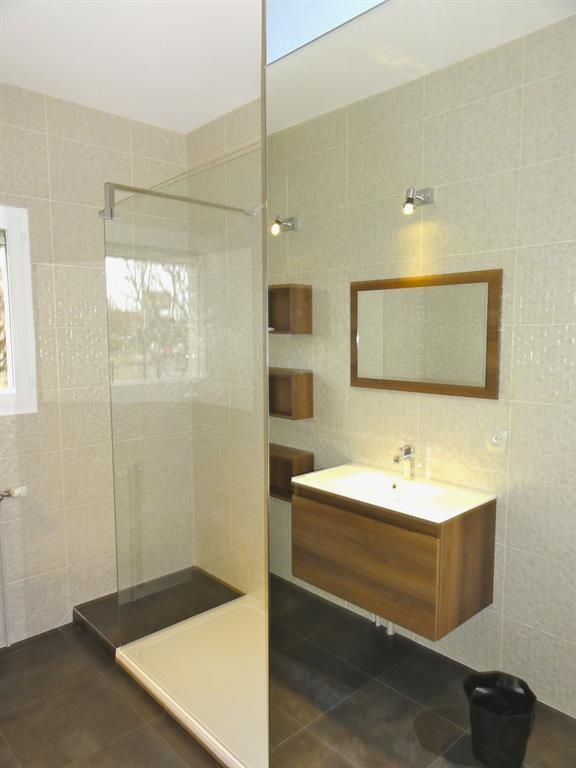 Bathroom with 3D white tisles and an italian shower Salle de bain - salle de bains douche italienne