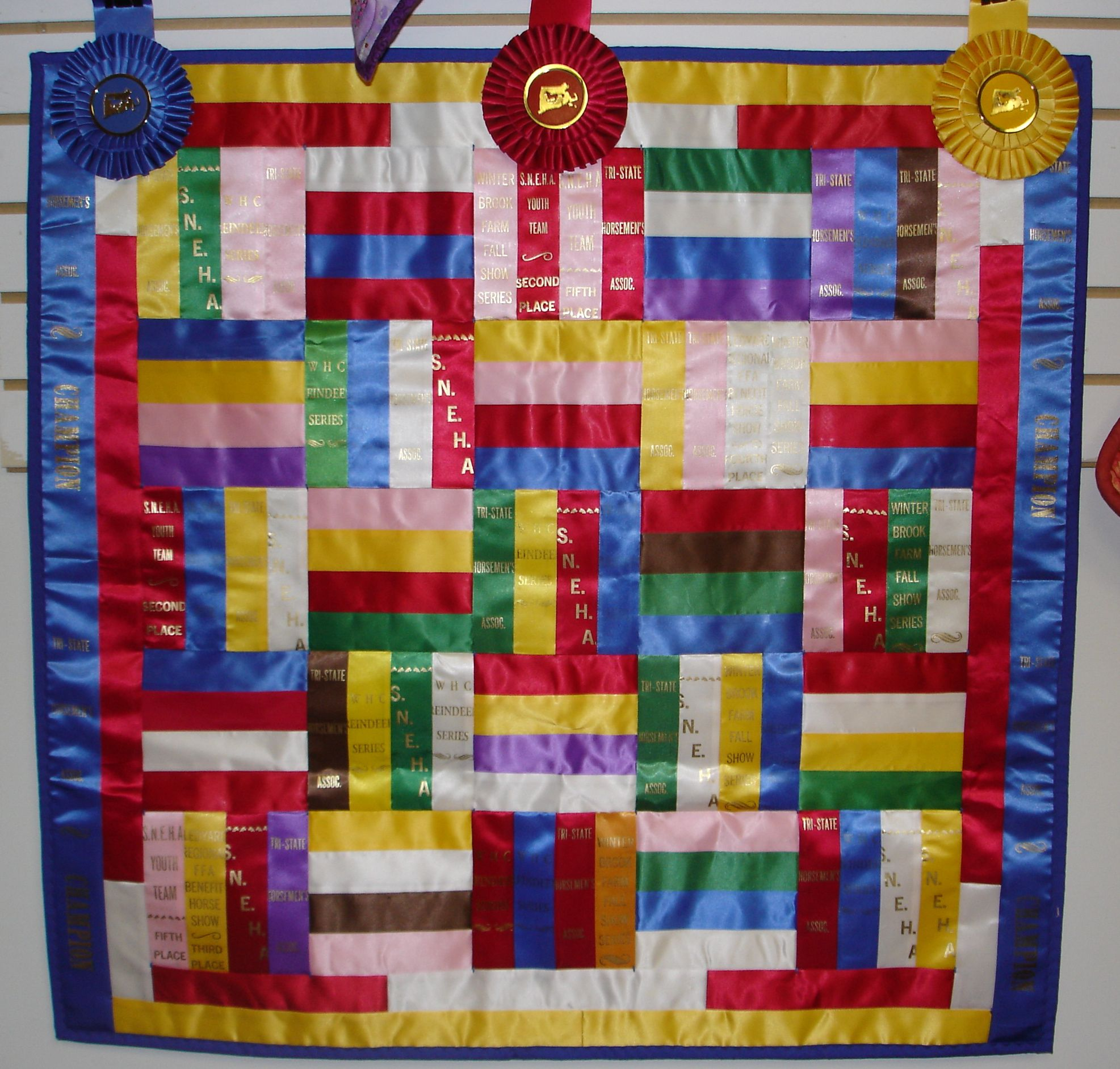 Will have to remember this when Aynsli has too many to hang in her ... : quilt horse - Adamdwight.com