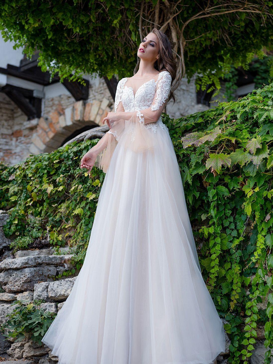 e91afeb199af Krásne svadobné šaty s dlhým rukávom a jemnou tylovou sukňou ...