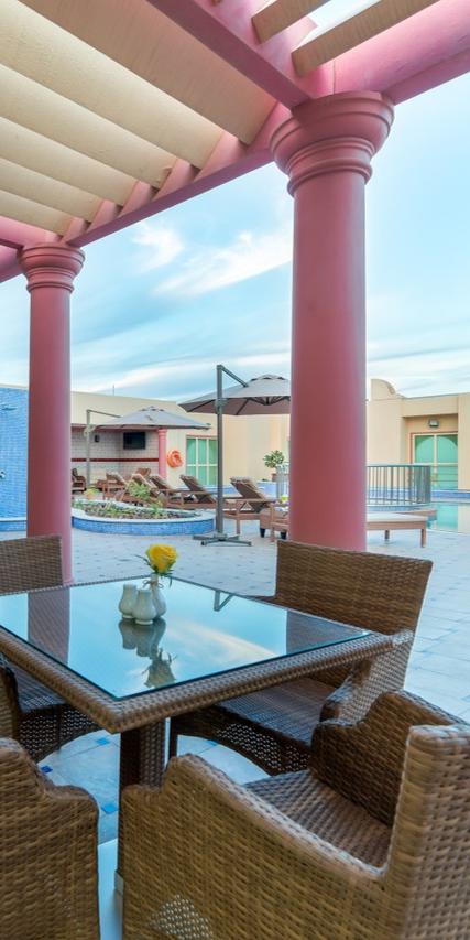 قم بالإسترخاء والاستمتاع بمشروب منعش في هذا الجو الجميل فندق ويندام جاردن دمام يوفر الملاذ المناسب في مدينة الدمام Unpac Outdoor Structures Pergola Outdoor