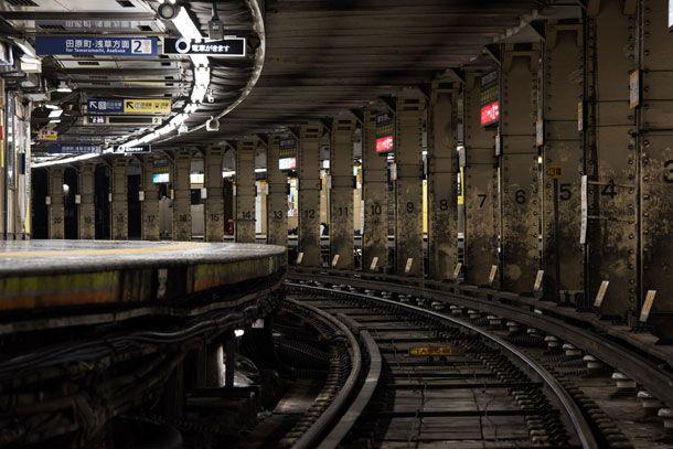 深夜の上野駅大きなカーブ上にあるホームが特徴的。今回の取材では終電後の上野駅で保線作業を行う様子も撮影した深夜の上野駅構内。始発から終電まで多くの乗降客が利用する上野駅とは異なった、不思議な情景