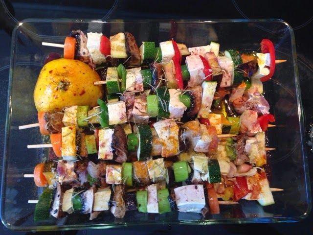 Espetadas de tofu com legumes e molho de rosmaninho com arroz integral aromatizado {Vegan, integral}
