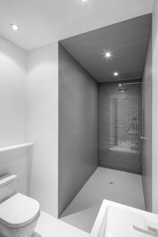 kleines bad modernes design weiß grau ziegelwand glas Bad