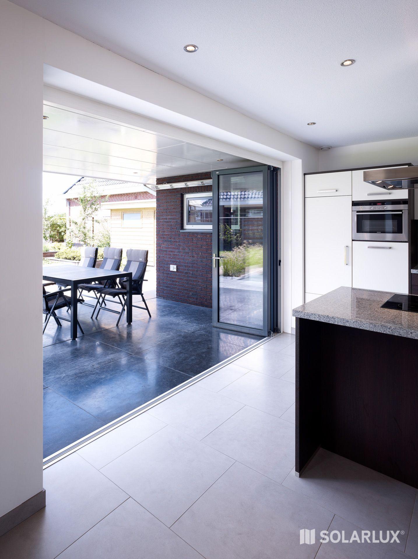 Eine #GlasFaltwand öffnet Räume, sodass innen und aussen ...