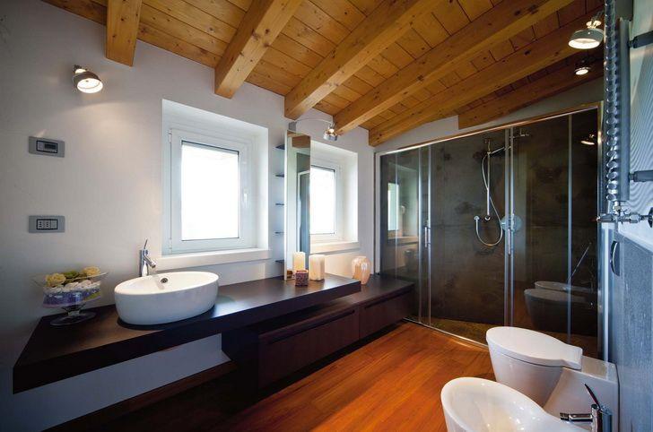 Soluzioni arredi contemporanei per un sottotetto con travi a vista idee bagno pinterest - Camere da bagno ...