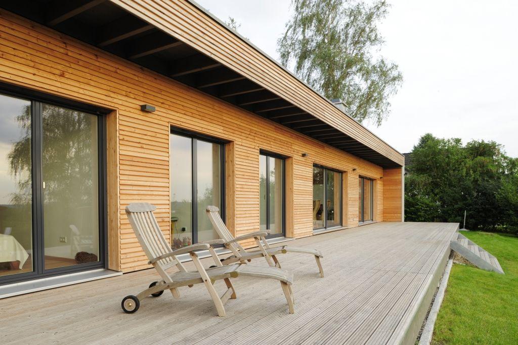 Holzterrasse mit bodentiefen Fenstern Idée Architecture maison - Maison Toit Plat Prix Au M