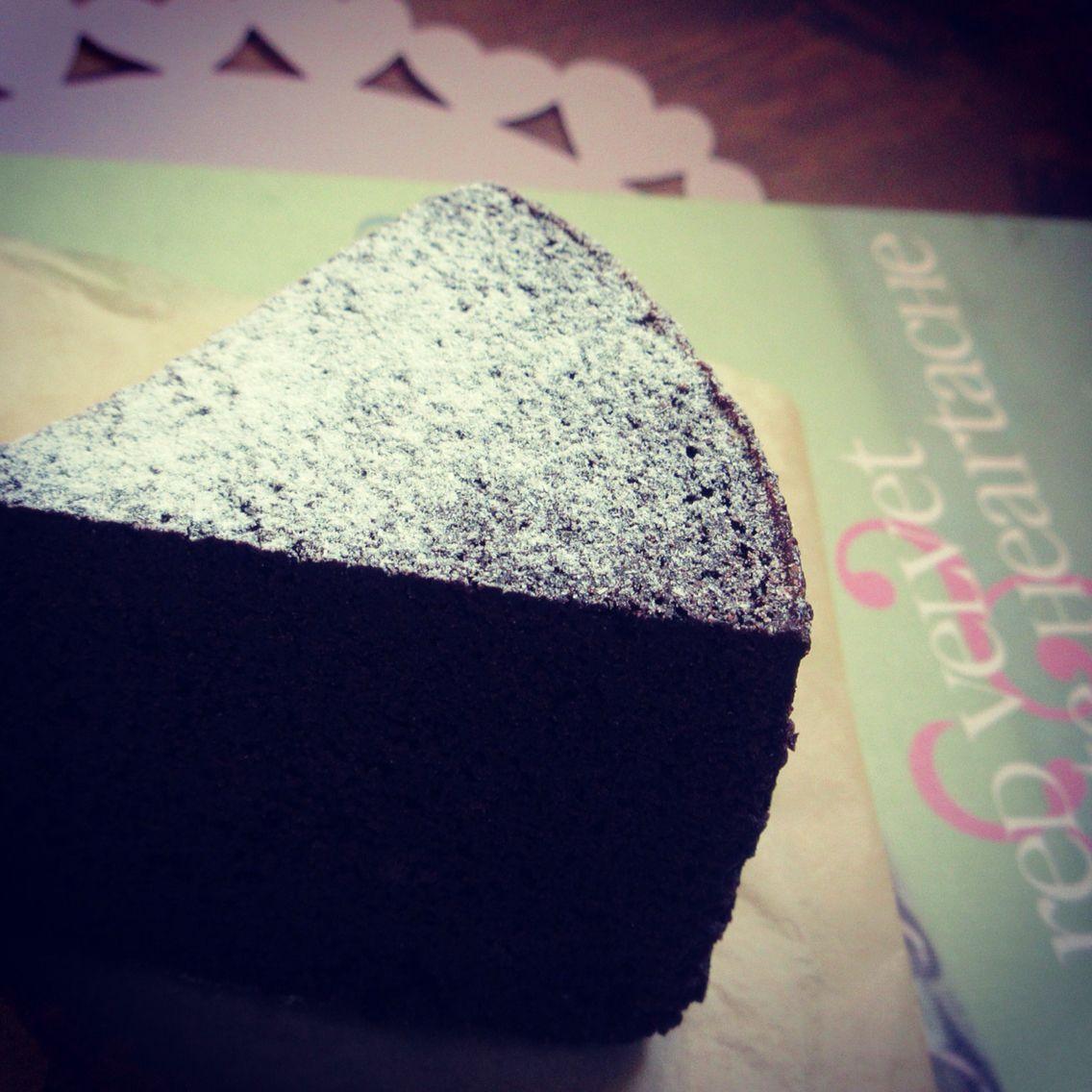 Velvet Cake ヴェルヴェットケーキ。 ココアパウダーをたっぷり使用した甘さ控えめ、ホロ苦度高めの素朴なケーキ。 250 yen 赤くないヴェルヴェットケーキ http://ri-e.cocolog-nifty.com/blog/2016/02/unred-velvet-ca.html