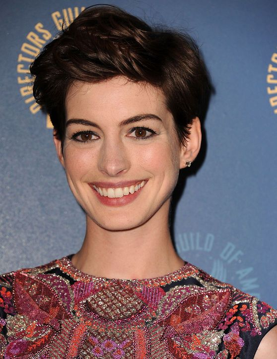 This Is My Favorite Way Anne Hathaway Has Styled Her Short Haircut To Date Anne Hathaway Short Hair Anne Hathaway Haircut Anne Hathaway Hair