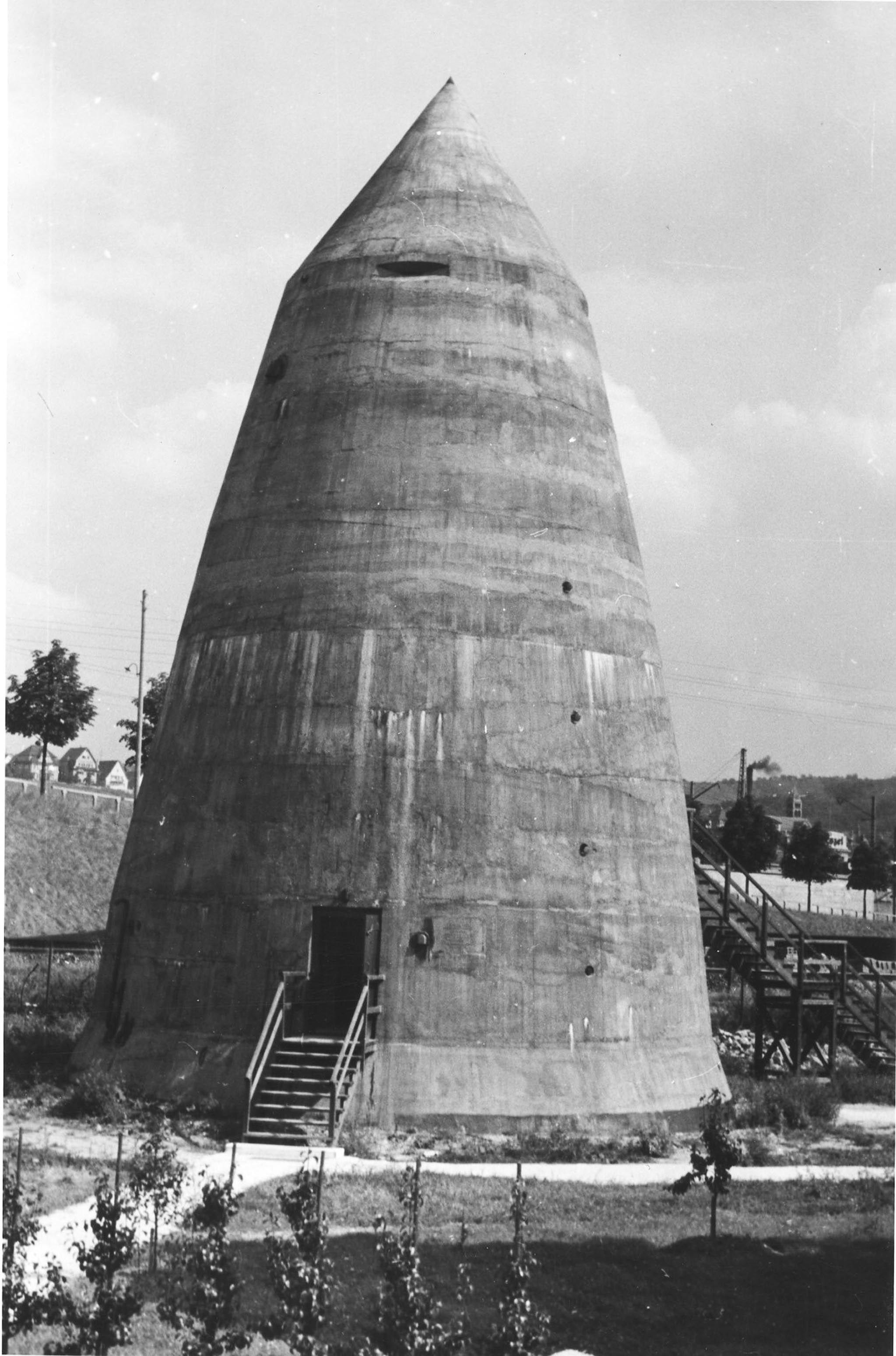 Der Winkelturm 1938 mit Beobachtungsschlitzen. Turm