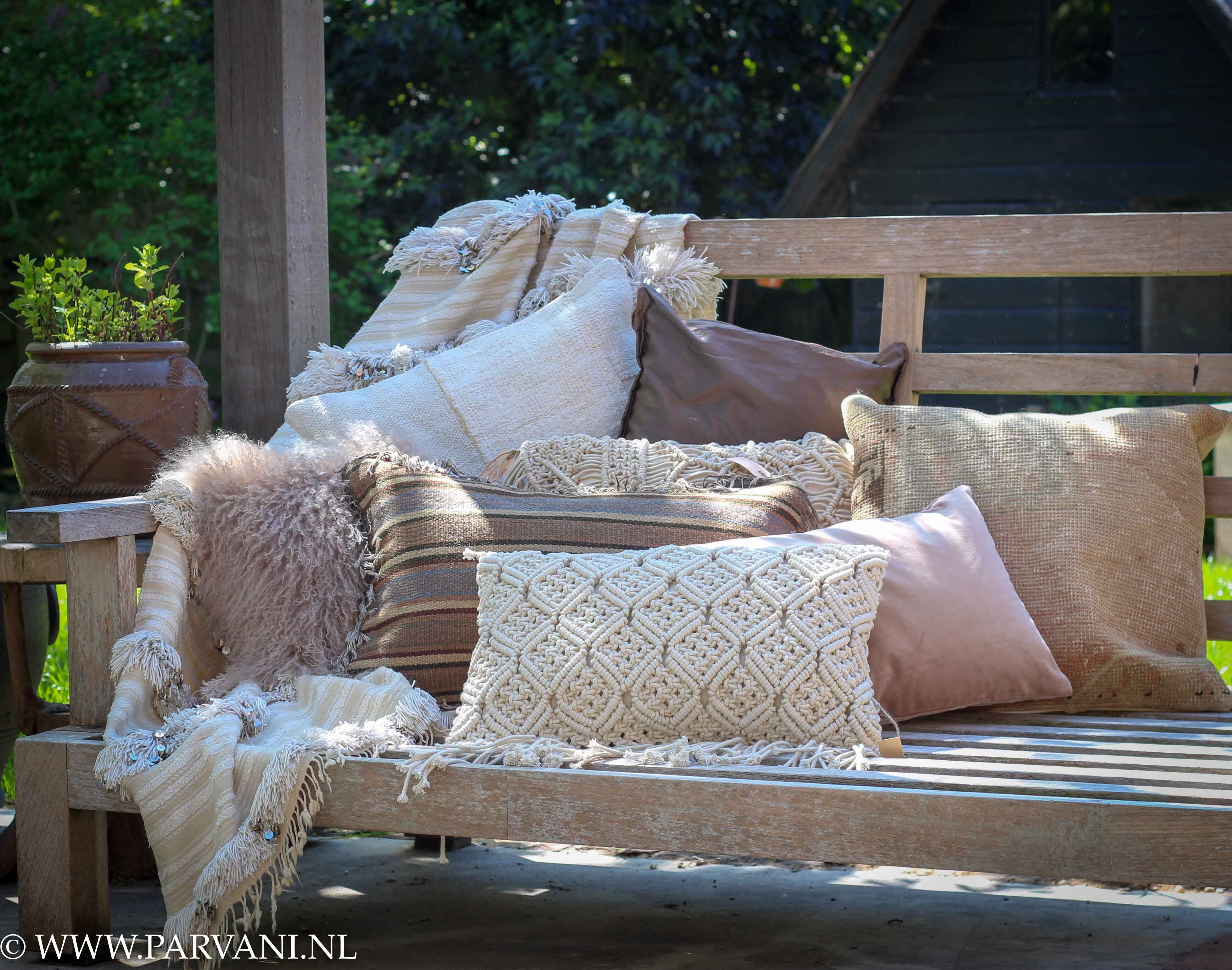 Parvani naturel kleurige kussens wit oud roze beige creme