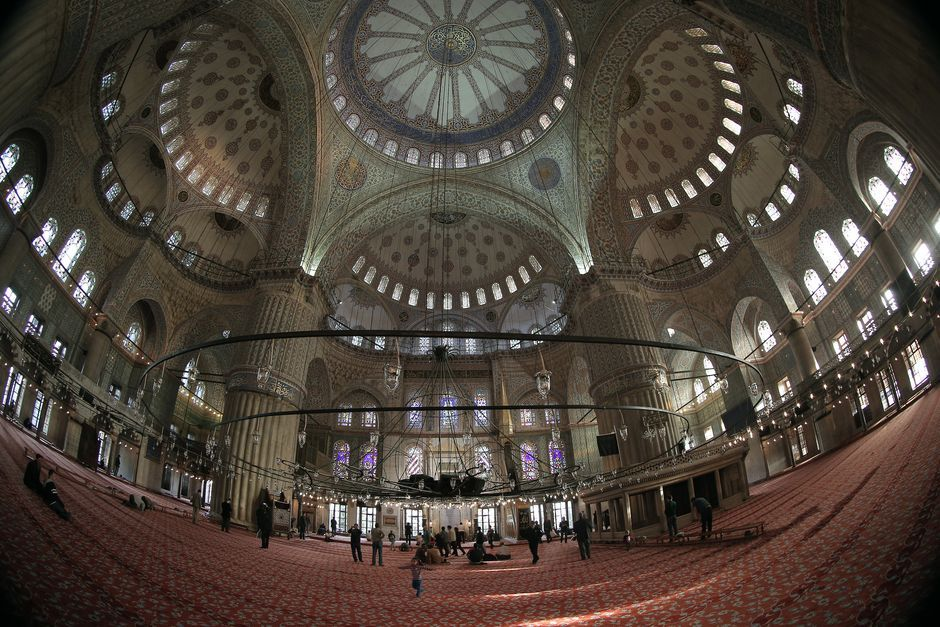 Pessoas andam dentro da Mesquita do Sultão Ahmed, mais conhecida como a Mesquita Azul, no bairro de Sultanahmet, no histórico de Istambul, Turquia. *** People walk inside the Sultan Ahmed Mosque, better known as the Blue Mosque, in the historic Sultanahmet district in Istanbul, Turkey, Monday, Oct. 28, 2013. Last summer, Istanbul's Taksim Square was the scene of violent confrontations between police and protesters. But protests have faded, and contrary to some lingering perceptions, it's…