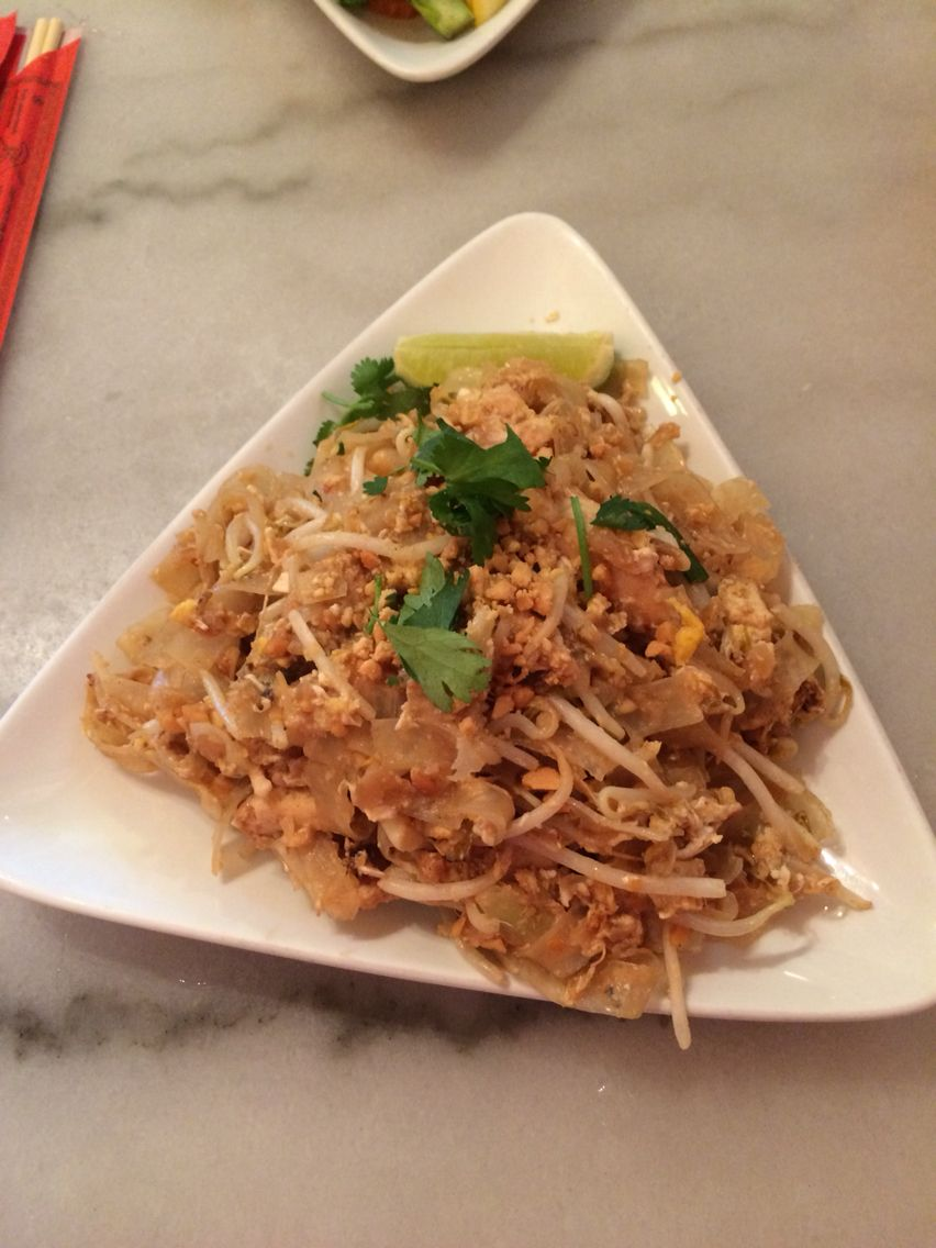 Chicken pad thaithe smiling elephant 10 lunch special