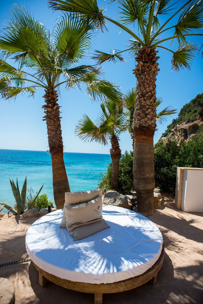Next to Cala Llonga you will find Amante beach club  The