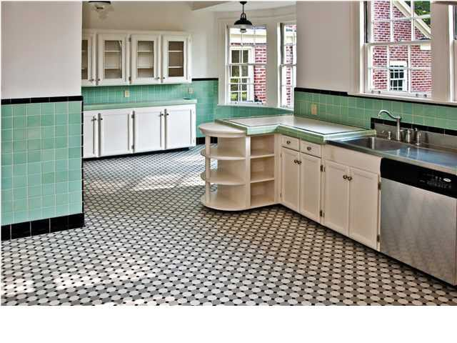 I am seriously in love with this vintage/vintage style kitchen ...